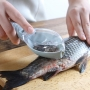 Dụng Cụ Đánh Vảy Cá Có Nắp Đựng Vảy Tiện Lợi