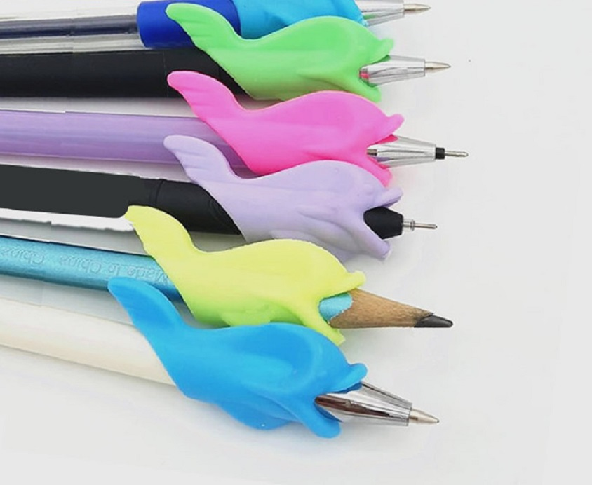 Dụng Cụ Đệm Tay Cầm Bút Viết Hình Cá Giúp Cho Bé Cầm Viết Đúng Cách