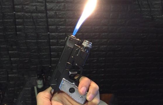 Hộp Quẹt Bật Lửa Giật Điện Hình Súng Piston Có Đèn Pin