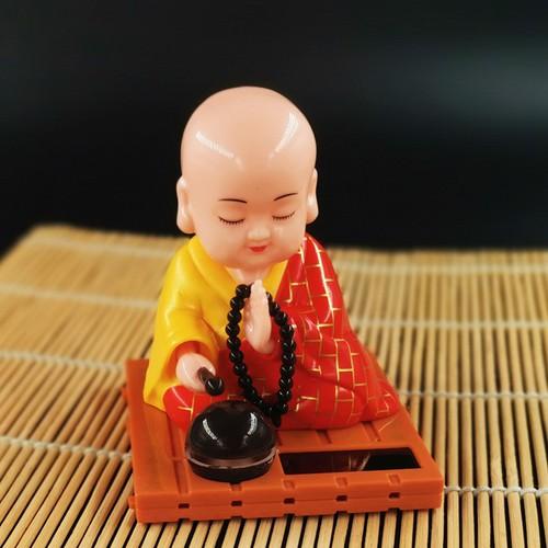 Tượng Thầy Chùa Gõ Mỏ Tụng Kinh May Mắn Trang Trí Xe Hơi, Phong Thủy, Bàn Làm Việc Dùng Năng Lượng Mặt Trời